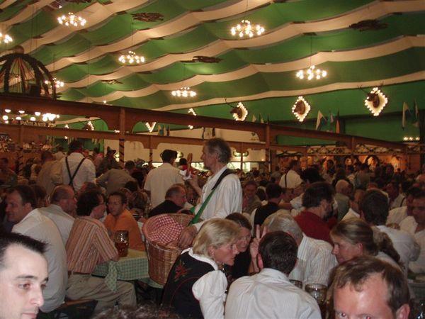 啤酒屋內滿滿的人