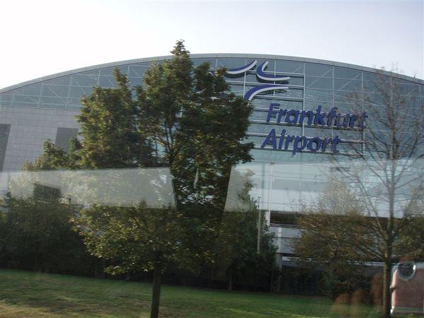 Day2-法蘭克福機場外觀...可惜車開太快!樹太多