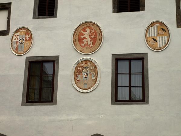 市政廳正面裝飾的徽記