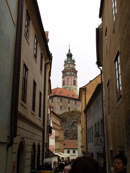 巷道中的彩繪塔