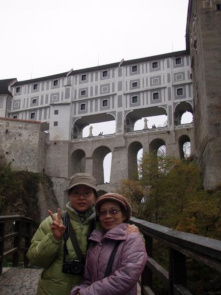 MostNa Plasti橋-羅馬式高拱橋...連接著第四第五座庭院...中間有雕像