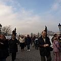 查理大橋上滿是遊客與街頭藝術家