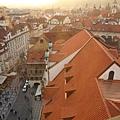 天文塔頂俯瞰布拉格跳躍的紅屋頂海