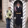 """城堡區門的警衛...已經成為眾姊妹爭相拍照的""""景點""""之一"""