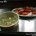 湯也是超好喝~很台灣人口味...一堆黑胡椒和蔥