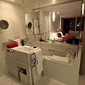 浴室洗手台與房間只隔一片大玻璃