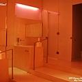 氣氛詭異的粉紅色公用廁所...也是暗摸摸!