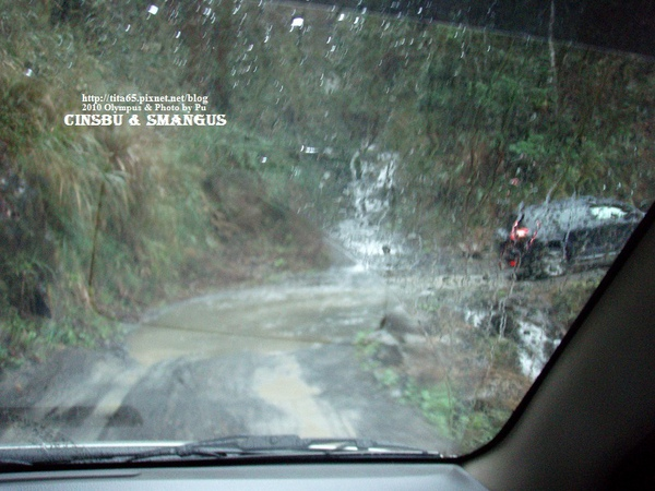 因為下雨~所以路況很糟