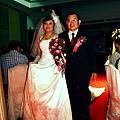 爸爸帶著新娘跟在後面進場~