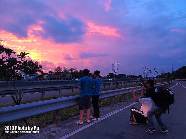 高速公路上的火燒雲夕日