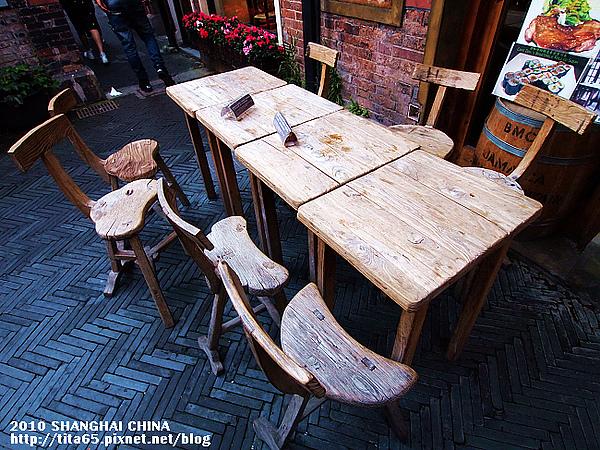 田子坊~後來發現這桌椅有被放在導覽DM上