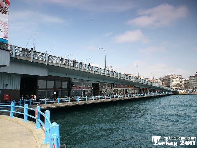 卡拉達橋釣魚的人群