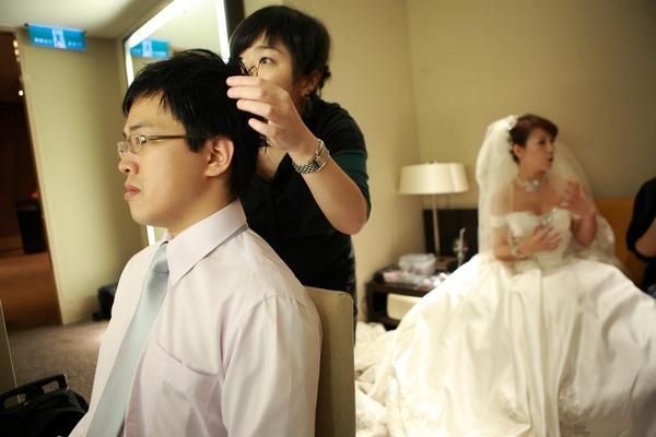 新郎很忙,新娘也在後面講得很忙…