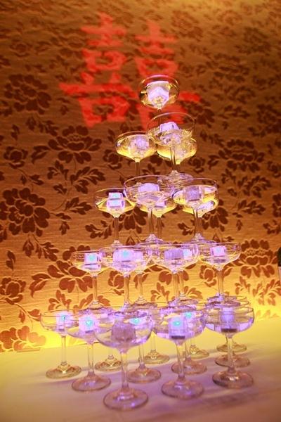 注入水後就會發光的冰塊香檳塔