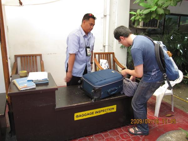 這是小機場內的海關…檢查得很仔細耶!連隨身的行李都要翻