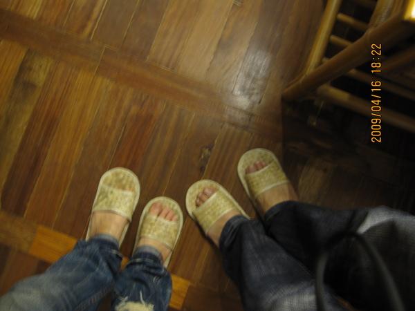 很搭的草拖鞋(但F6覺得不好穿)