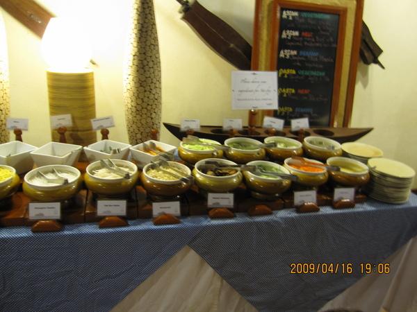 現場有專人進行熱炒,可自選配料:青菜、肉類、海鮮搭配飯、麵、冬粉…