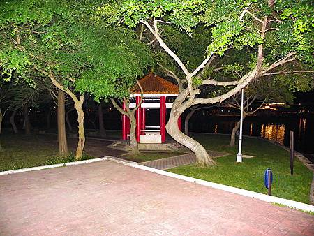 800px-Night_of_Pavilion_in_Dahu_Park_Lake_Side.jpg