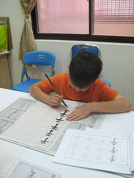 2011年兒華夏令營seession1扯鈴書法課活動照片 011.jpg