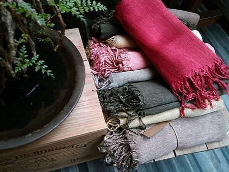 植物手染絲光棉圍巾。紅色新推出:)
