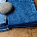 植物手染圍巾。不均勻。深藍、淺藍