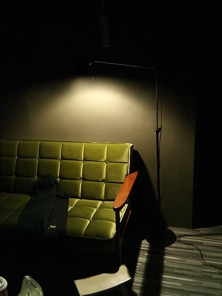 沙發先生就是應該要有落地燈小姐陪伴