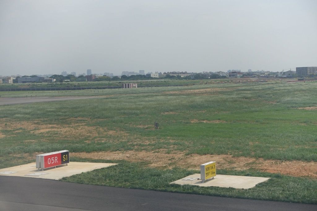 1347DSC08445 Runway 05R.jpg