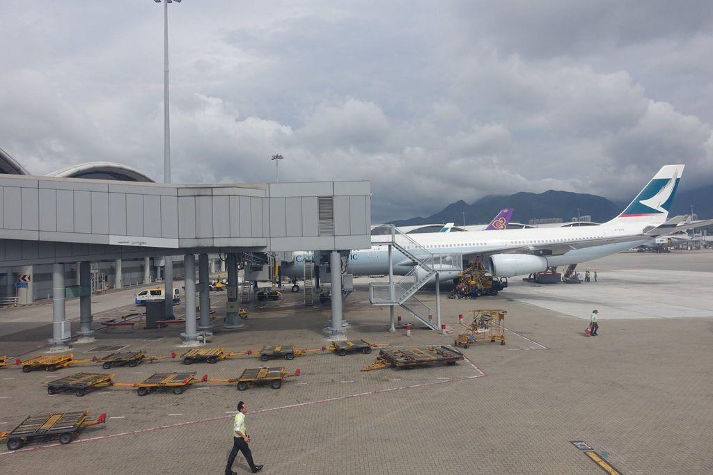 1526DSC08551 B-HXE CX781 HKG-SUB A340-300 (1522h Reached Gate).jpg