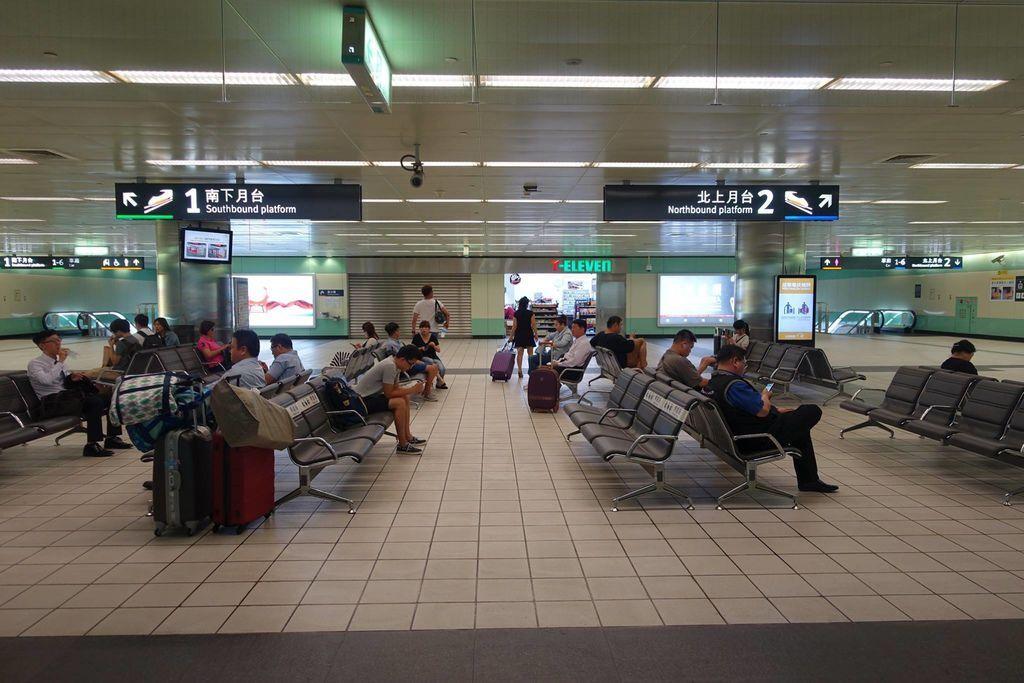 1010DSC00111 Waiting Area