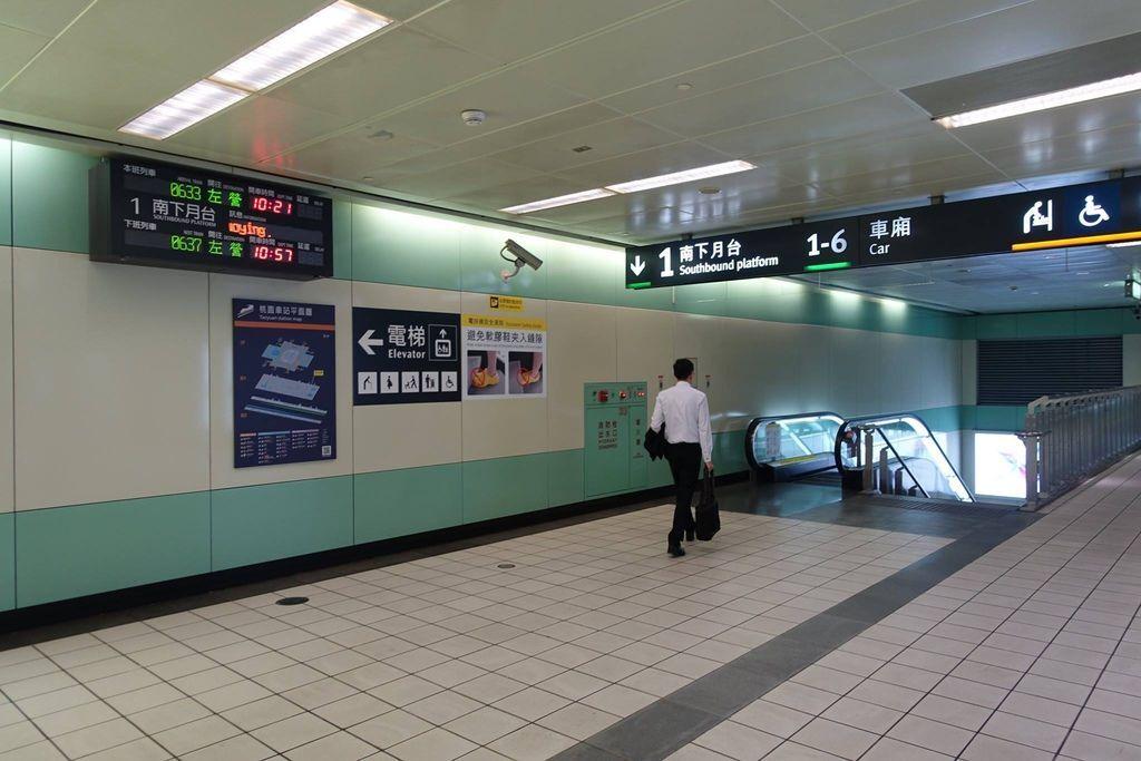 1011DSC00112 Down To The Platform