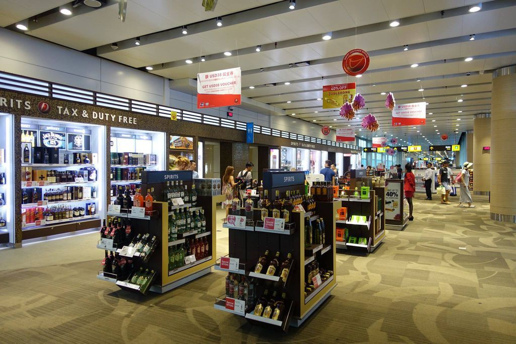 1805DSC00686 Passing through Duty Free Along the Corridor