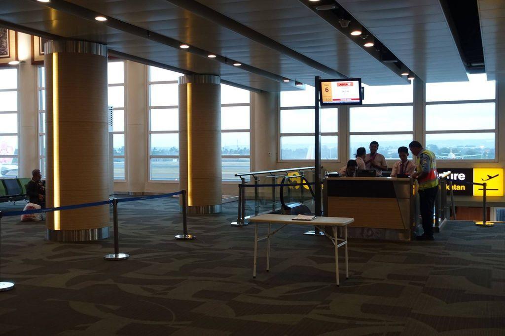 1809DSC00690 My Boarding Gate being Prepared