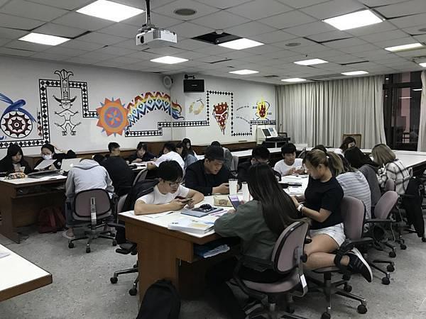 (更)南應大愛唱社同學,非常熱心的投票.jpg