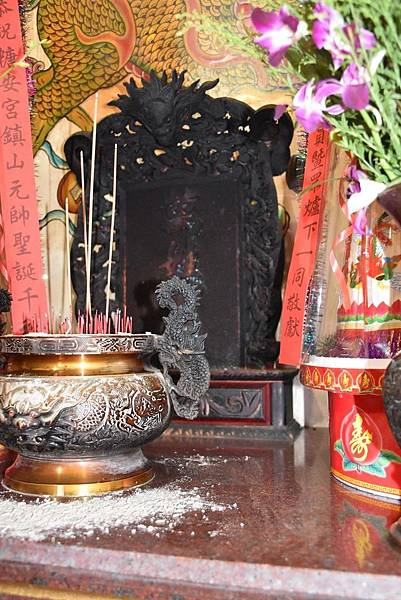 糖安宮左側神龕上的萬姓公神位牌.jpg