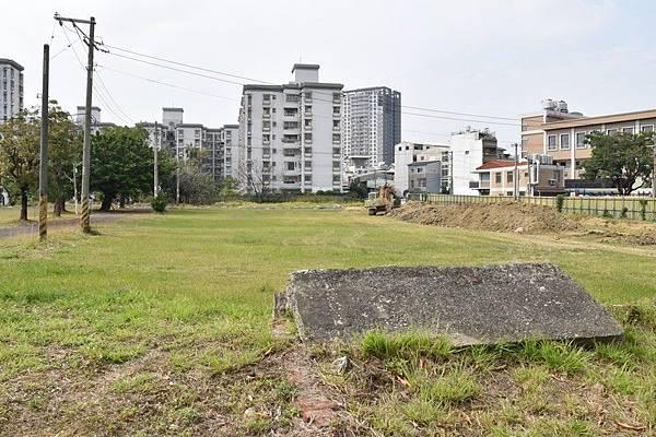由三分子日軍射擊場遺址東北側拍向西側草地(軍方已出售該比土地,不久後即建大樓).jpg
