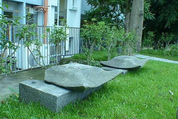 忠魂碑部分殘存構件棄於綠崗北側上.jpg