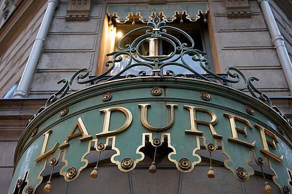 800px-Ladurée,_Champs-Élysées_2009