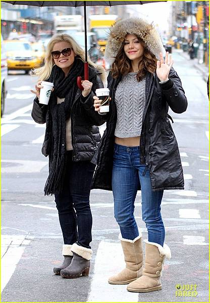katharine-mcphee-megan-hilty-snowy-smash-set-03