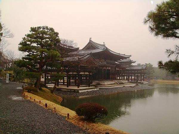 214.雨中的國寶平等寺.JPG