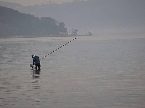 123.阿蘇灣補魚的漁夫.JPG