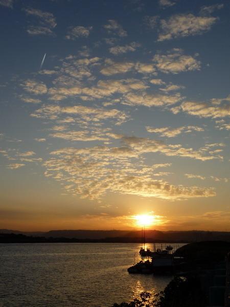 洲美橋下看到的夕陽.JPG