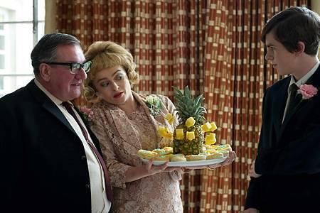 海倫娜寶漢卡特飾繼母「波特太太」與佛瑞迪海默飾英國阿基師「史奈傑」3.jpg