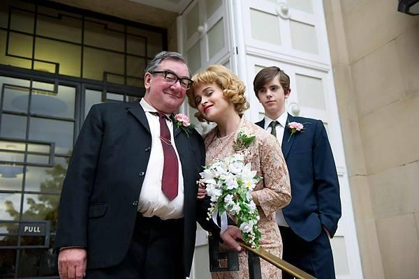 T-477 (l-r) KEN STOTT as Dad, HELENA BONHAM CARTER as Joan Potter, FREDDIE HIGHMORE as Nigel Slater.jpg