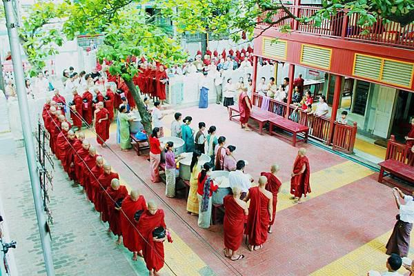 tn_5 (152)Mahagandhayon Kyaung早上十點和尚早齋.JPG