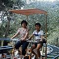 國小三年級與母親攝於雲仙樂園_調整大小