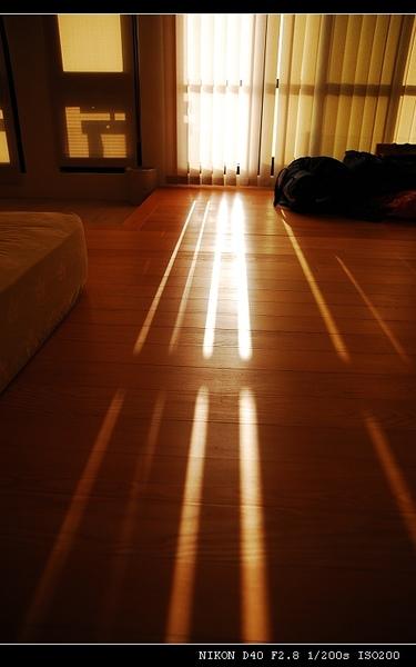 光線透過落地窗簾照進