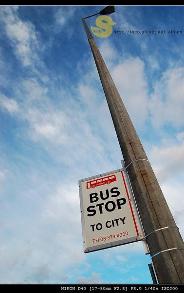 等前往市區的巴士中