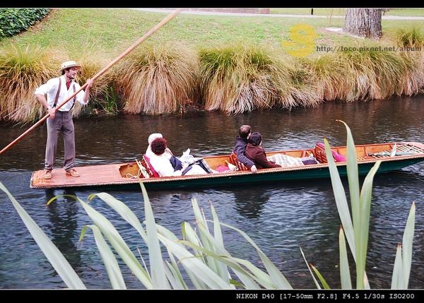 可以搭乘小船遊河