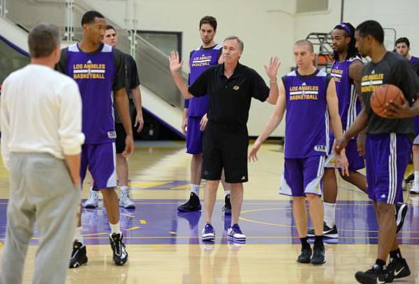 mike-dantoni-of-the-los-angeles-lakers-explains-a-play_crop_north