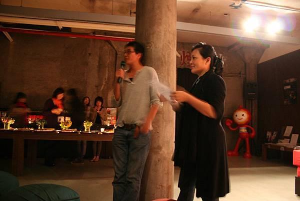 理事長王耿瑜(左),主持人曾偉禎(右)